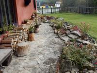 Příchozí cestička se skalkou - Prodej chaty / chalupy 210 m², Zbytiny