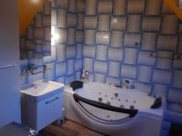 Koupelna v 2.NP (Prodej domu v osobním vlastnictví 282 m², Chvatěruby)