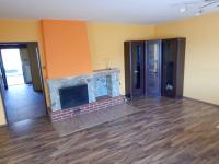 Obývací pokoj s krbem (Prodej domu v osobním vlastnictví 282 m², Chvatěruby)