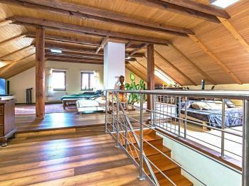 Obývací pokoj v patře. - Prodej domu v osobním vlastnictví 329 m², Libomyšl