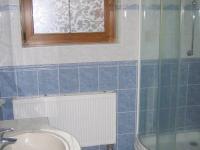 Koupelna v přízemí. - Prodej domu v osobním vlastnictví 196 m², Trubská