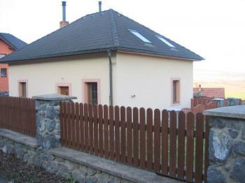 Pohled na dům z ulice. - Prodej domu v osobním vlastnictví 196 m², Trubská