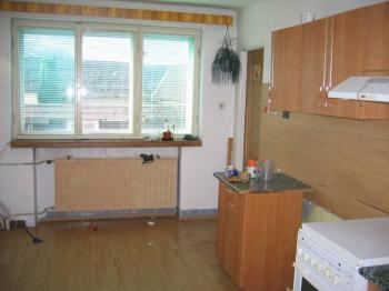 Kuchyň v přízemí. - Prodej domu v osobním vlastnictví 241 m², Zbinohy
