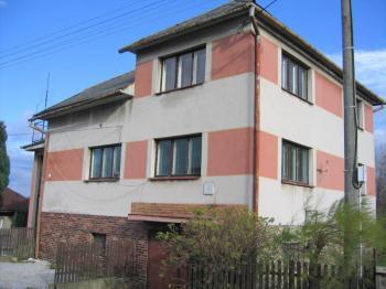 Pohled na dům z ulice. - Prodej domu v osobním vlastnictví 241 m², Zbinohy