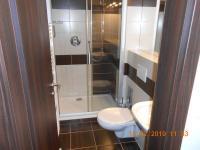 koupelna II se sprchovým koutem - Prodej bytu 4+kk v osobním vlastnictví 109 m², Praha 9 - Kbely
