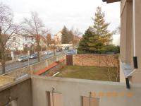pohled z balkonu na sever a travnatý dvorek - Prodej bytu 4+kk v osobním vlastnictví 109 m², Praha 9 - Kbely