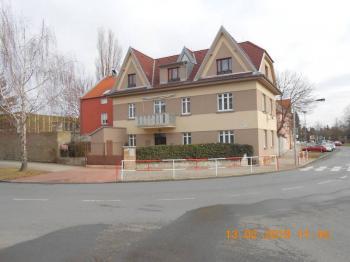 pohled na nemovitost ze západní strany - Prodej bytu 4+kk v osobním vlastnictví 109 m², Praha 9 - Kbely