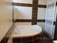 koupelna I s vanou - Prodej bytu 4+kk v osobním vlastnictví 109 m², Praha 9 - Kbely