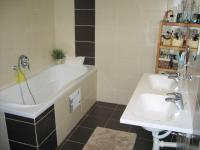 Koupelna. - Prodej domu v osobním vlastnictví 356 m², Beroun