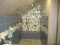 Koupelna v podkroví. - Prodej domu v osobním vlastnictví 356 m², Beroun
