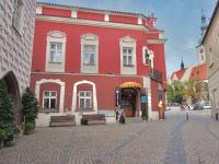 Fasáda domu u vstupu na Žižkovo nám. (Prodej domu 600 m², Tábor)