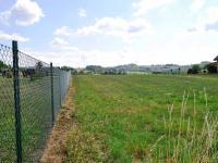 Část oplocení sousedů (Prodej pozemku 3448 m², Hrusice)