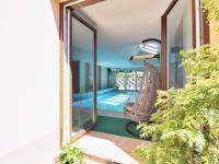 vstup k bazénu - Prodej domu v osobním vlastnictví 308 m², Zbůch