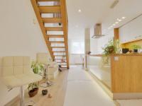 kuchyně se schodištěm - Prodej domu v osobním vlastnictví 308 m², Zbůch