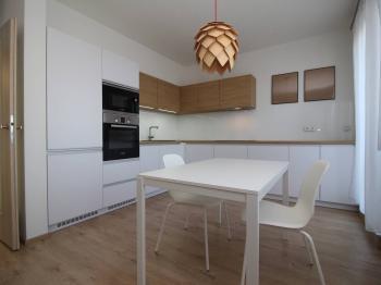 kuchyňská linka s jídelním stolem - Pronájem bytu 2+kk v osobním vlastnictví 81 m², Plzeň
