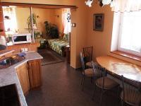 Kuchyň a navazující pokoj  v apartmánu. (Prodej penzionu 551 m², Nezdice na Šumavě)