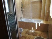Koupelna v apartmánu. (Prodej penzionu 551 m², Nezdice na Šumavě)