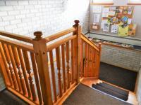 Pohled na schodiště z prvního patra. (Prodej penzionu 551 m², Nezdice na Šumavě)