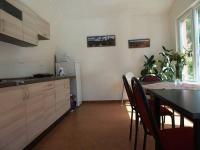Kuchyňka s výhledem do zahrady. (Prodej penzionu 551 m², Nezdice na Šumavě)