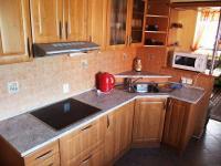 Kuchyň apartmánu. (Prodej penzionu 551 m², Nezdice na Šumavě)