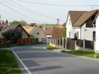 Průtah upravenou obcí Lom při slavnosti čarodejnic. (Prodej domu v osobním vlastnictví 321 m², Lom)