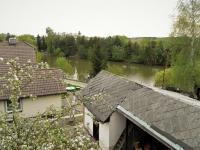 Pohled přes hospodářskou budovu a kryté parkovací stání na rybník Dlouhý. (Prodej domu v osobním vlastnictví 321 m², Lom)