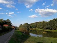 Příjezdová cesta, pak vpravo po hrázi rybníka. (Prodej chaty / chalupy 92 m², Lidmaň)