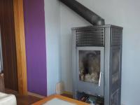 Krbová kamna v obývacím pokoji. - Prodej domu v osobním vlastnictví 252 m², Sedlice