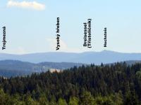 Od domu je vidět na hraniční hřeben Plechý-Trojmezná-Hochstein (foto pořízeno  těsně vedle pozemku) (Prodej penzionu 220 m², Strážný)