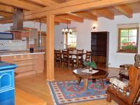 Obytný prostor v soukromé části má 52 m2 (Prodej penzionu 220 m², Strážný)