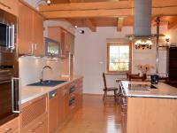 Kuchyňská linka s varným ostrůvkem je nejen hezká, ale i praktická (Prodej penzionu 220 m², Strážný)