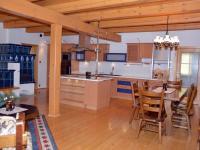 V ineriéru dominuje dřevo - podlahy, přiznané trámy či stropy (Prodej penzionu 220 m², Strážný)