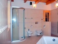 Koupelna v soukromé části o vel. 13 m2 (Prodej penzionu 220 m², Strážný)