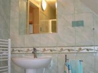 Jedna z koupelen v podkroví (Prodej penzionu 220 m², Strážný)