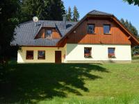 Dům je postaven v tradičním šumavském stylu (Prodej penzionu 220 m², Strážný)
