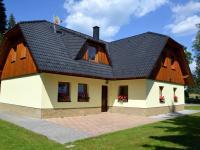 Dům je postaven v tradičním šumavském stylu (Prodej domu v osobním vlastnictví 220 m², Strážný)