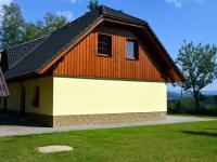 V pravé části fotografie se rýsuje Plechý, Trojmezná, Třístoličník a Hochstein (Prodej domu v osobním vlastnictví 220 m², Strážný)