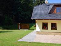 V popředí terasa, nechybí ani posezení za domem (Prodej domu v osobním vlastnictví 220 m², Strážný)