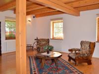 Obytný prostor v přízemí má 52 m2 (Prodej domu v osobním vlastnictví 220 m², Strážný)