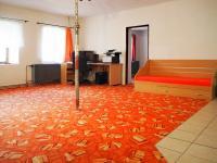 Obývací pokoj - V případě rekonstrukce podkroví bude třeba zbudovat sloup, stojka je nyní provizorní - Prodej chaty / chalupy 650 m², Blažejov