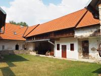 Pohled přes dvůr na vstup do usedlosti a obytné části - Prodej chaty / chalupy 650 m², Blažejov