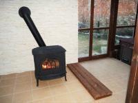 Krbová kamna v zimní zahradě. (Prodej domu v osobním vlastnictví 325 m², Vodňany)