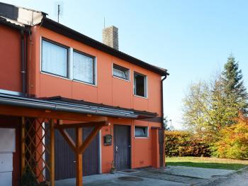 Pohled čelní, dole patrna garáž a hlavní vchod.  - Prodej chaty / chalupy 158 m², Olešná