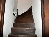 Masivní schody do 2.NP (Prodej zemědělského objektu 350 m², Černá v Pošumaví)
