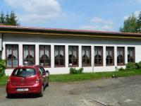 Pohled na okna restaurace. - Prodej hotelu 2809 m², Dobronice u Bechyně