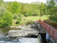 Splav s mostem  od restaurace k ostrovu. - Prodej hotelu 2809 m², Dobronice u Bechyně