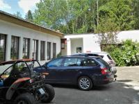 Parkování u restaurace. - Prodej hotelu 2809 m², Dobronice u Bechyně