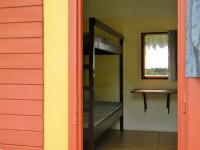 Interiér chatky s dvěma palandami. - Prodej hotelu 2809 m², Dobronice u Bechyně