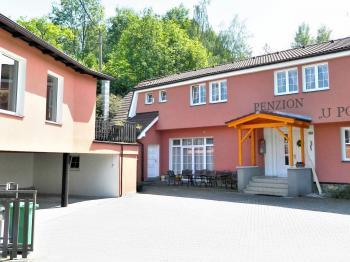 Vstup do domu s parkovacím stáním a parkovištěm. - Prodej domu v osobním vlastnictví 551 m², Nezdice na Šumavě