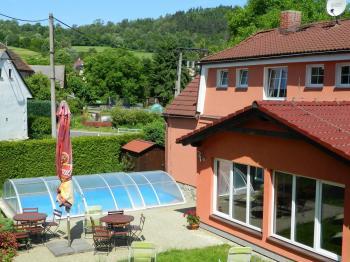Celkový zadní pohled na dům a zahradu. - Prodej domu v osobním vlastnictví 551 m², Nezdice na Šumavě